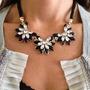 Set Collar Y Aretes Flores Cristales Elegante En Stock
