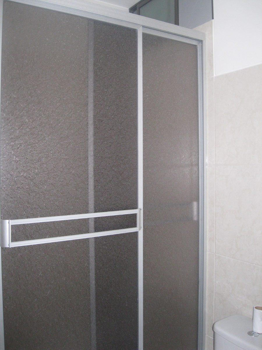 Puertas para ba o en acrilico for Puertas de cristal para duchas